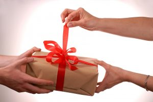 Impressive gifts you can take on your first date